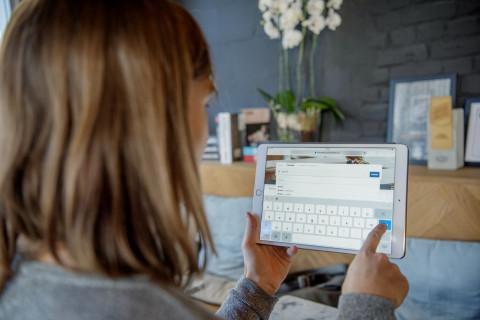 Foto van nieuwe bibwebsite op tablet
